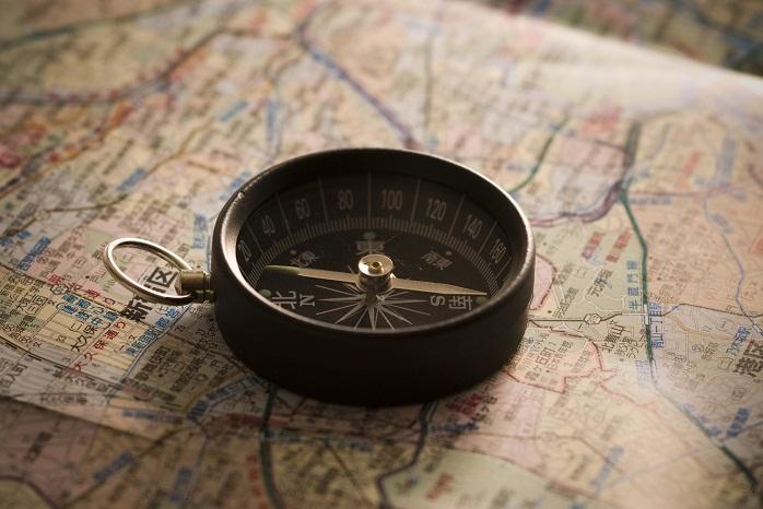 地図の上の方位磁石